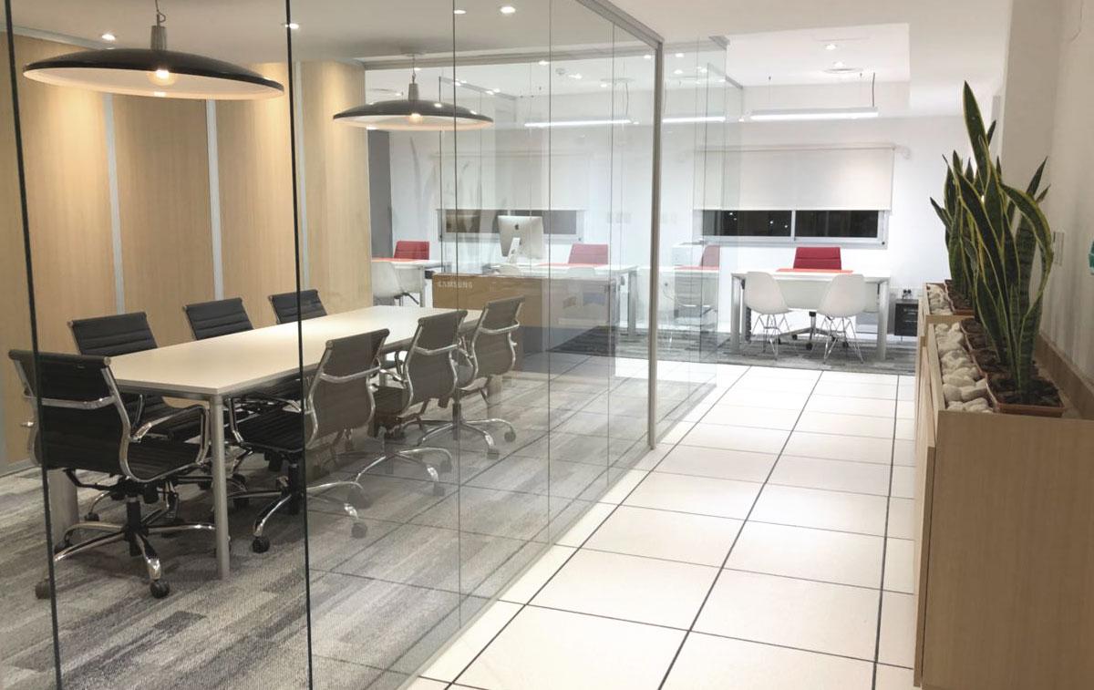 Arquitectura Corporativa. Sala de reuniones con divisores de vidrio. Sillas Aluminum.