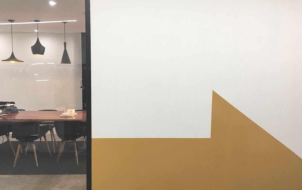 Diseño de oficina y showroom. Arquigrafía en pared. Apliques de iluminación de diseño y alta calidad.