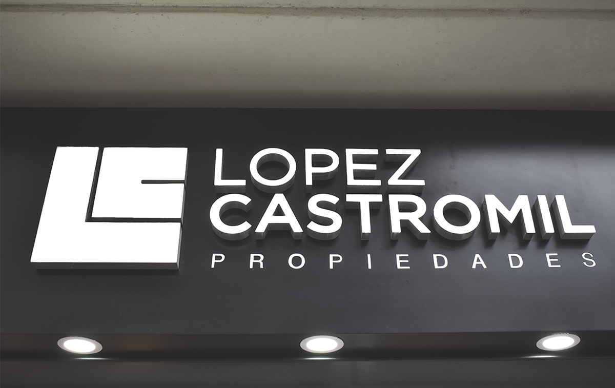 Diseño de local a la calle. Cliente: Lopez Castromil Propiedades. Por Estudio Cebra   Arquitectura Retail. Diseño de marquesina con corpóreo y letras blancas.