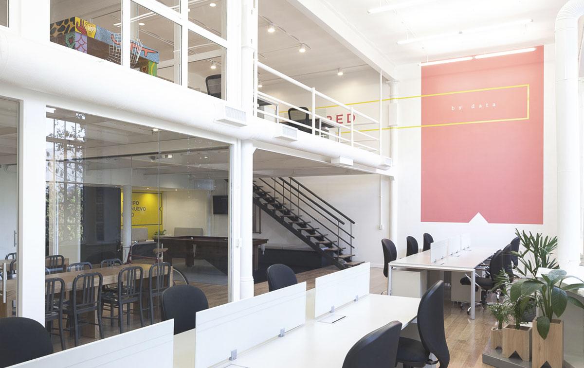 Remodelación de oficina corporativa. Doble altura y luz. Como convertir un loft en oficina. Gráficas ambientales en oficina.