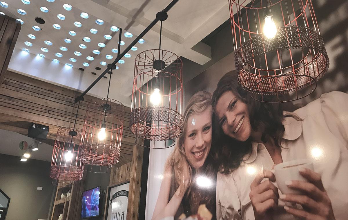Diseño de Local Gastronómico Bonafide. Lámparas de hierro generando ambiente cálido para mayor consumo de café.